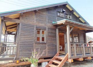 บ้านไม้ยกพื้น ทำผนังไม้เก่าภายนอก มีระเบียงไม้ชายคา