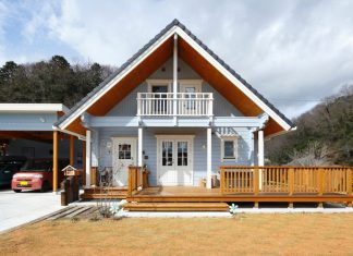 บ้านไม้ญี่ปุ่นชั้นครึ่ง ระเบียงหน้าบ้านกว้าง โดดเด่นด้วยผนังสีฟ้า