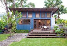บ้านโมเดิร์นหลังเล็ก ๆ ตกแต่งห้องแบบสตูดิโอ มีชานไม้นั่งเล่นหน้าบ้าน