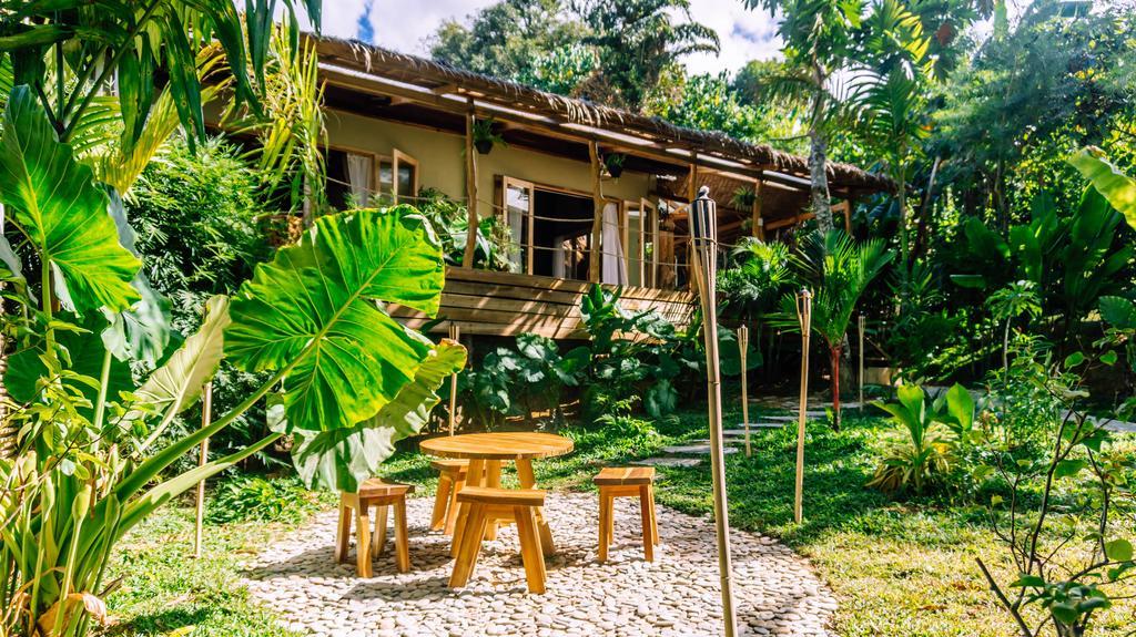 บ้านยกพื้นแสนสวย ตกแต่งโดยใช้วัสดุจากธรรมชาติ มีระเบียงกว้างไว้นั่งเล่นพักผ่อน