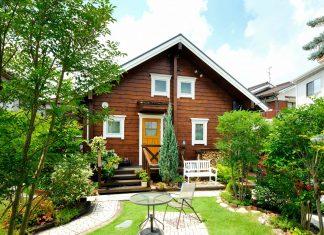 บ้านไม้สนชั้นครึ่ง ตกแต่งสวนเล็ก ๆ หน้าบ้านสวยงาม